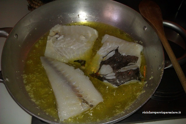 Preparazione del sugo per condire la pasta con il baccalà