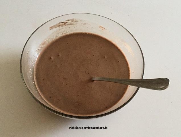 Preparazione del sanguinaccio con il cioccolato fondente
